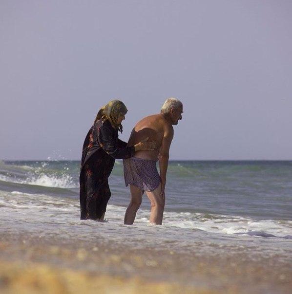 Удивительно фото: Пожилая пара ухаживает друг за другом
