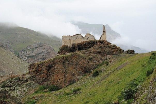 Крепость-замок Жабо-Кала в Хуламо-Безенгийском ущелье