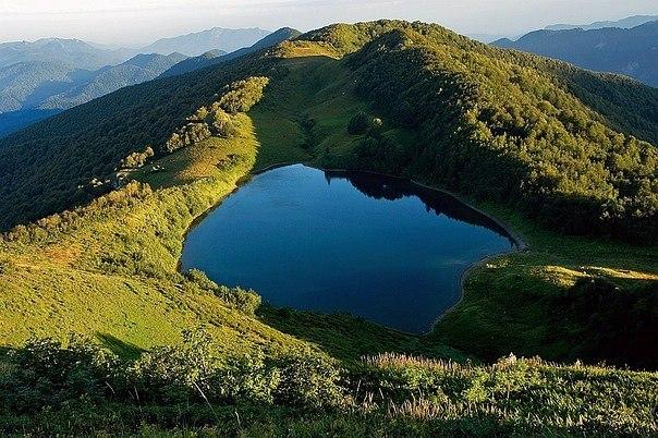 """Озеро Хуко в переводе с адыгского языка означает """"дельфин"""". Озеро Хуко в переводе с 5"""