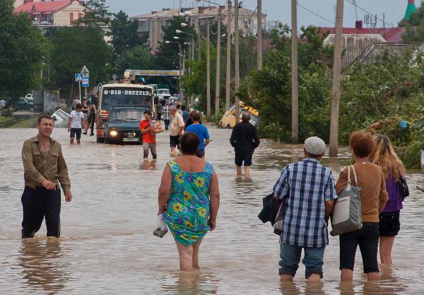 Крымску помогает и стар, и млад, и беден, и богат. 27662.jpeg