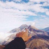 Мысли плывут с облаками туда, где гор бездонная краса...