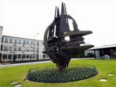 Новая «доктрина» НАТО – сидение на двух стульях сразу