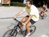 Мишико перегонит всех на велосипеде